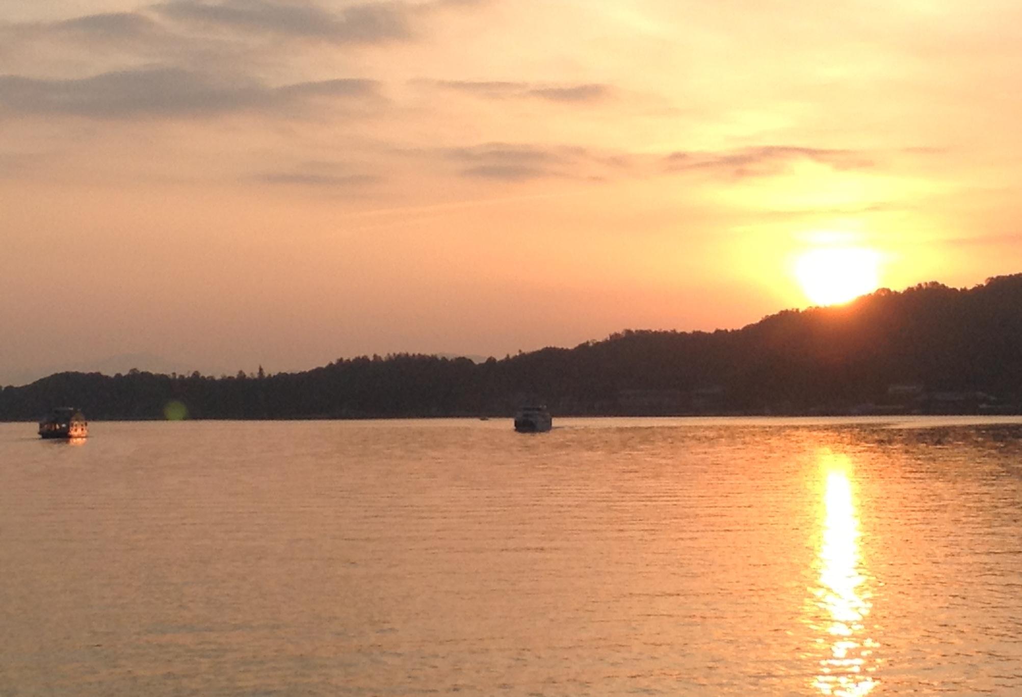 宮島の夜明けです。